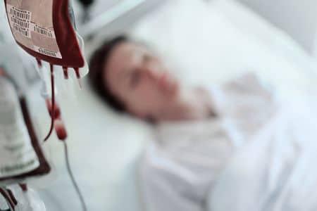пациент лежит под капельницей