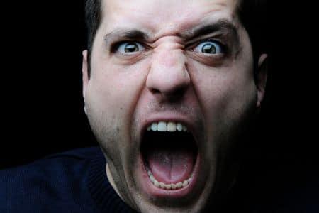 мужчина кричит