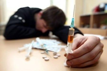 Подросток таблетки и шприцы