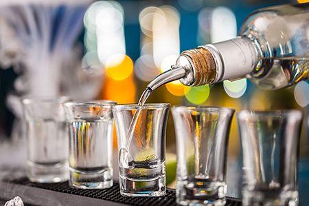 наливают алкоголь