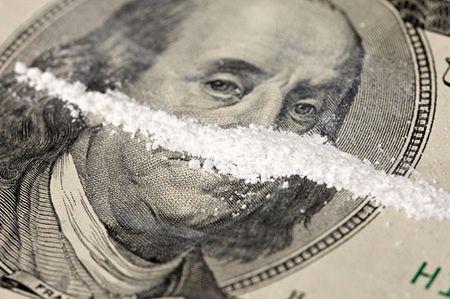 порошок на долларовой купюре