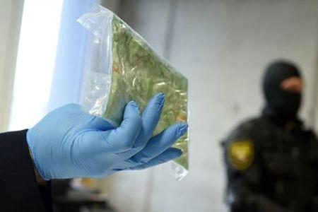 кокаин в руке
