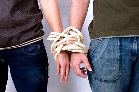 руки мужчины и женщины связаны веревкой
