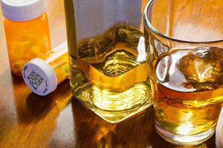 упаковка с таблетками и алкоголь