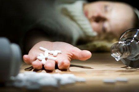 девушка лежит без сознания с таблетками в руке