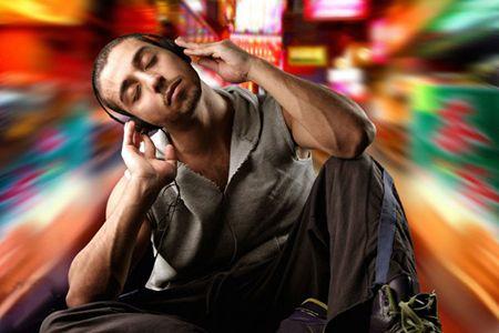 парень слушает музыку в наушниках