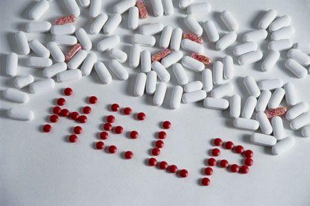 рассыпанные таблетки на столе