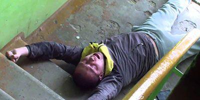наркоман лежит на ступеньках в подъезде