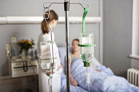 капельница в палате больницы
