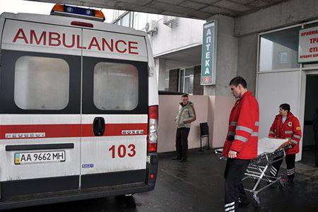 врачи и машина скорой помощи