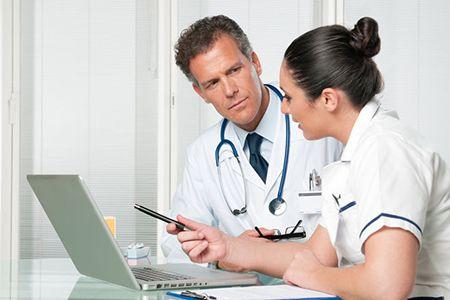 доктор и медсестра разговаривают за столом
