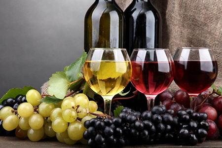 три бокала вина разных сортов