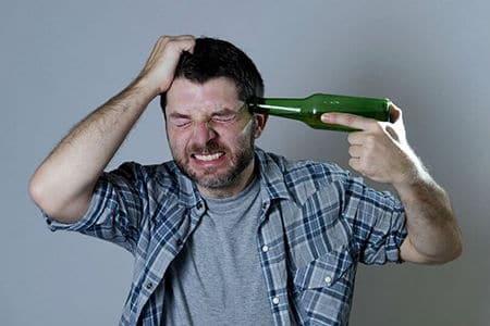 мужчина приставил бутылку к виску