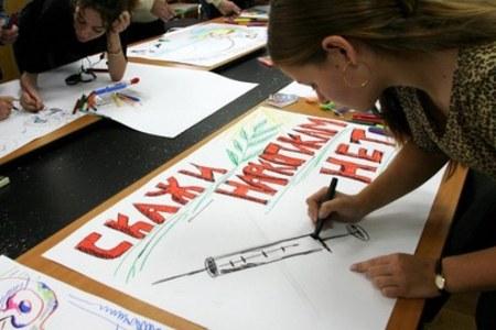 Девушка рисует плакат