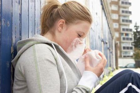 девушка нюхает полиэтиленовый пакет