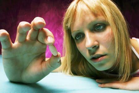 девушка держит таблетку