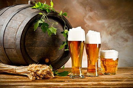 бочка и бокалы с пивом