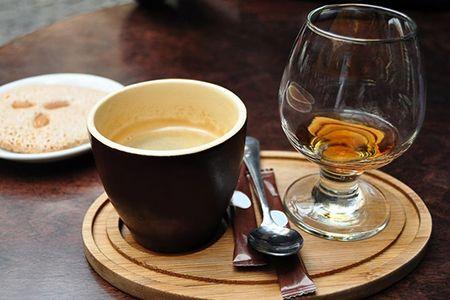 чашка кофе и стакан с фиски