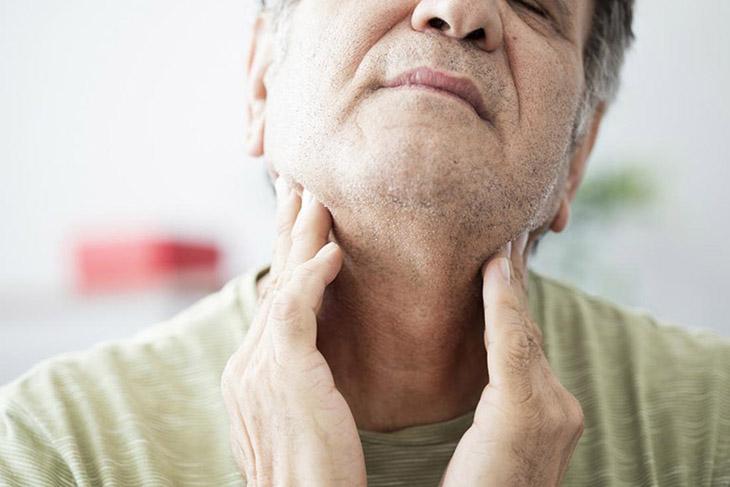 Курение может вызвать боль в горле и ком