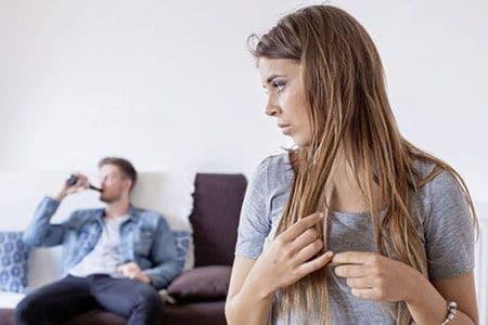 жена наблюдает за пьющим мужем