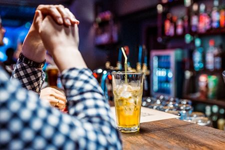 мужчина у барной стойки с коктейлем